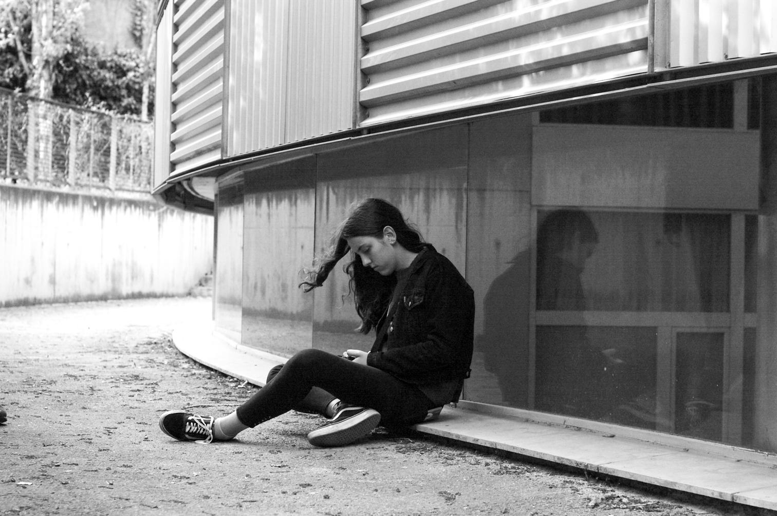 chica sentada al suelo